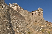 The high walls of the Kumbhalgarh Fort and Palace present a formidable obstacle to any attacker.