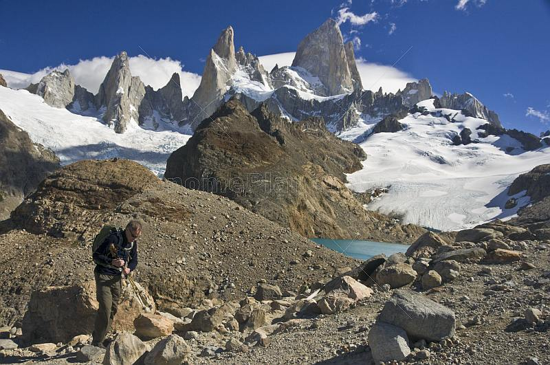 Trekker climbs to the Fitzroy Mountains in the Parque Nacional Los Glaciares.