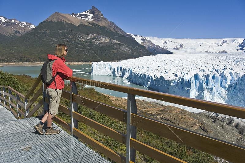 Trekker watching the Moreno Glacier in the Parque Nacional Los Glaciares.