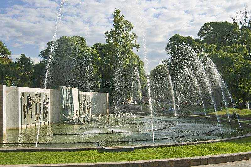 Fountains and monument in the Plaza Independencia.