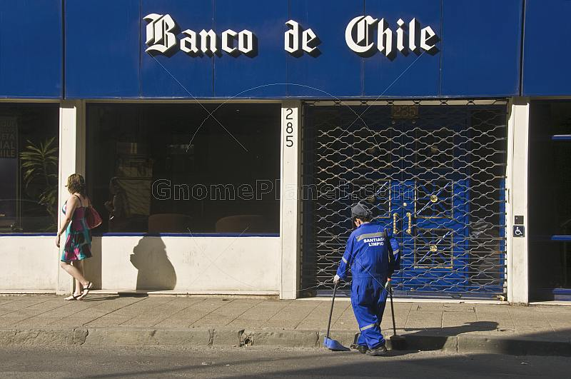 Street cleaner in front of the Banco de Chile.